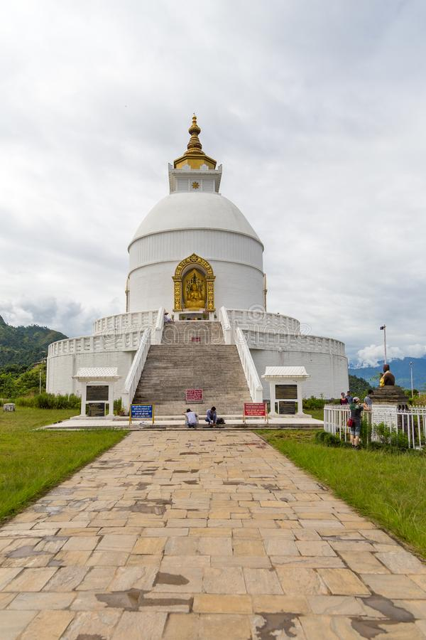 在一个小山顶的Shanti Stupa在阿南达小山在博克拉 免版税库存照片
