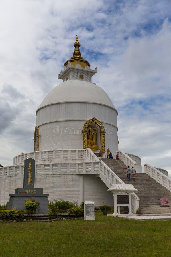 在一个小山顶的Shanti Stupa在阿南达小山在博克拉 免版税图库摄影