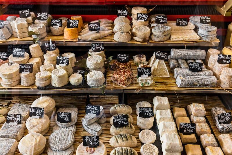 在一个小店的柜台的不同的乳酪在Aligre的 库存图片