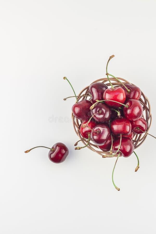在一个小柳条筐的新鲜的成熟樱桃 库存图片