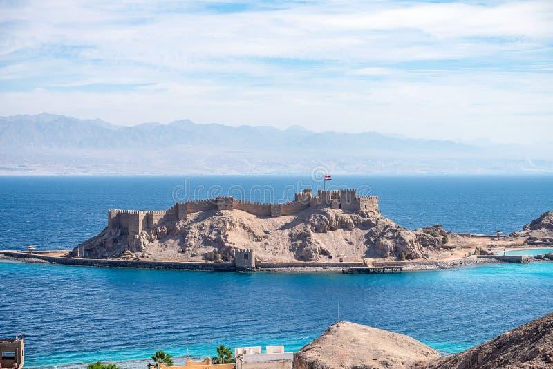在一个小海岛上的古老军事堡垒塞古El声浪城堡红海的岸的在西奈 免版税库存照片