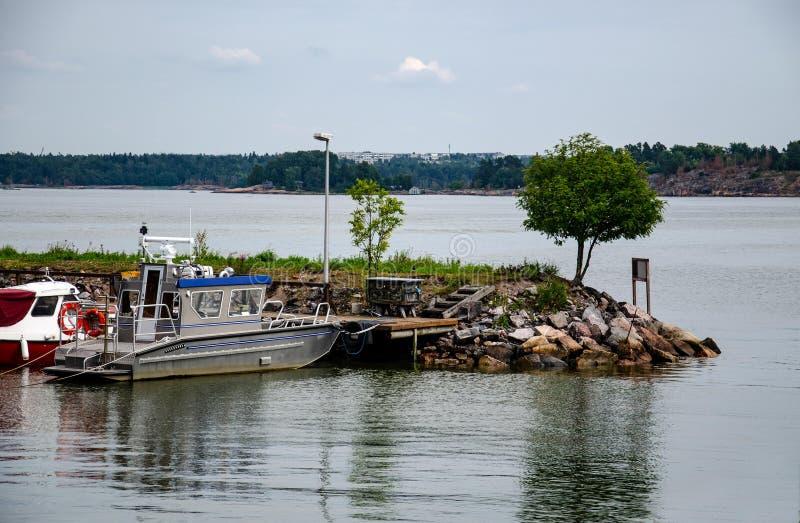 在一个小海湾的跳船,小船 库存照片