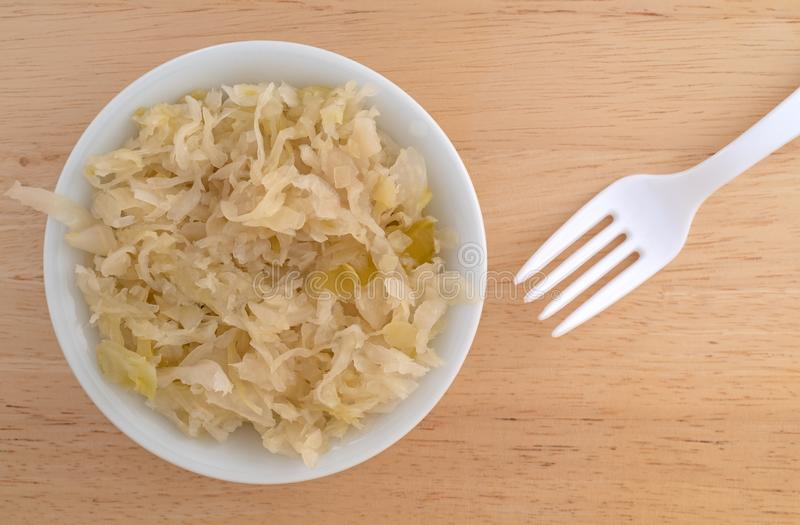 在一个小碗的德国泡菜有叉子的 库存图片