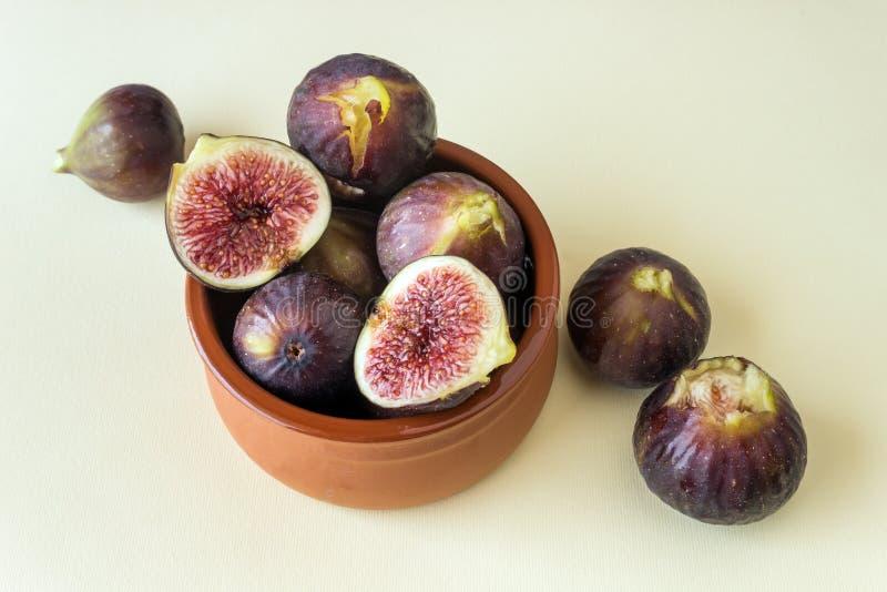 在一个小陶瓷碗的新鲜的成熟无花果 概念健康饮食, 库存图片