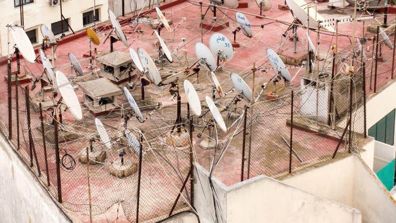 在一个屋顶的卫星盘在卡萨布兰卡 免版税库存图片