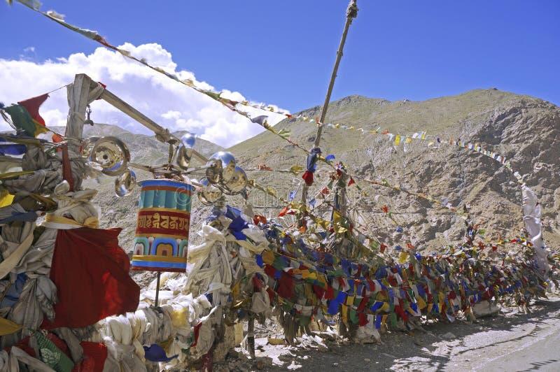 在一个山口的五颜六色的佛教祷告旗子在喜马拉雅山 免版税图库摄影