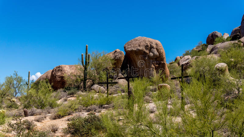 在一个山坡的三个十字架在亚利桑那沙漠 免版税库存图片