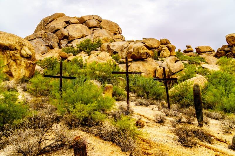 在一个山坡的三个十字架在沙漠环境美化 免版税库存照片