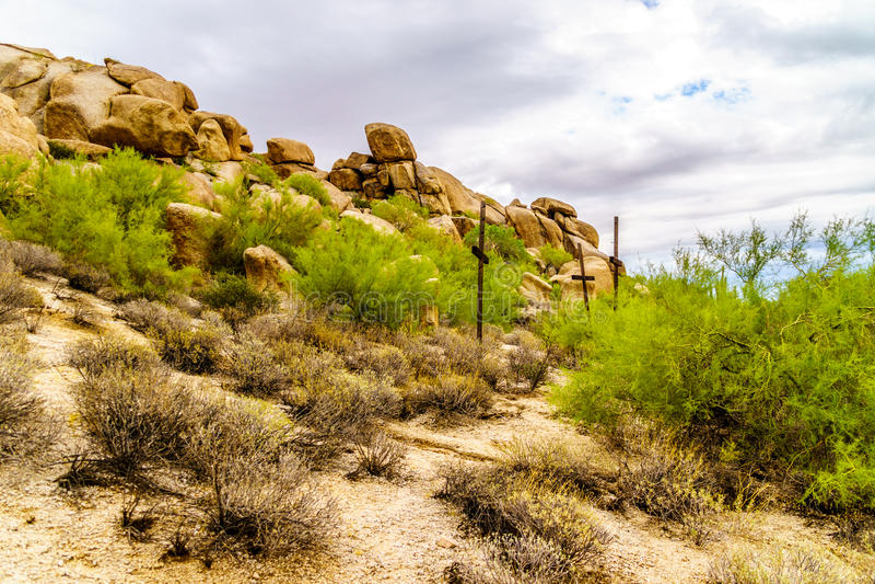 在一个山坡的三个十字架在沙漠环境美化 免版税库存图片