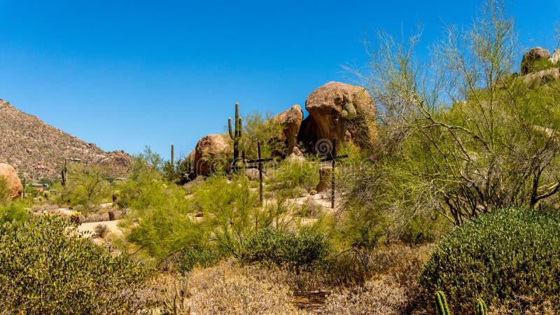 在一个山坡的三个十字架在沙漠 库存图片