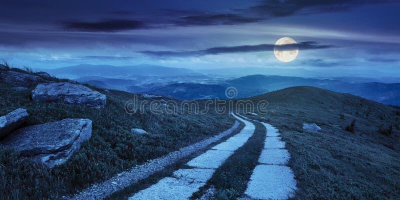 在一个山坡的路在山峰附近在晚上 库存图片
