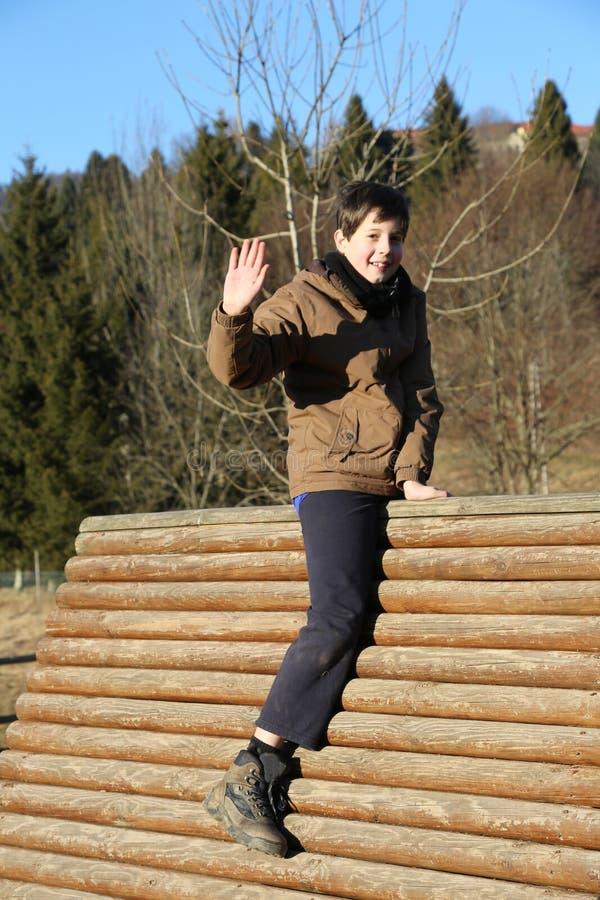 在一个山操场的房子的儿童游戏在冬天 免版税库存图片