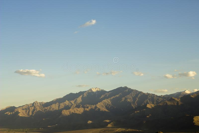 在一个山谷的晚上天空与多雪的上面 免版税库存图片