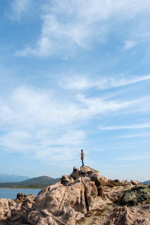 在一个岩石的上面的人在科西嘉,法国 免版税库存图片