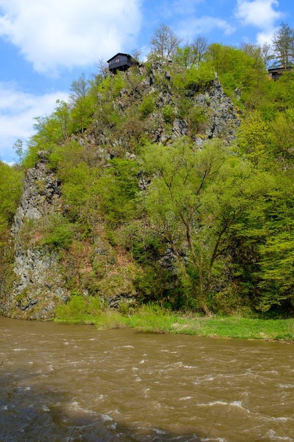 在一个岩石的村庄在河 免版税图库摄影