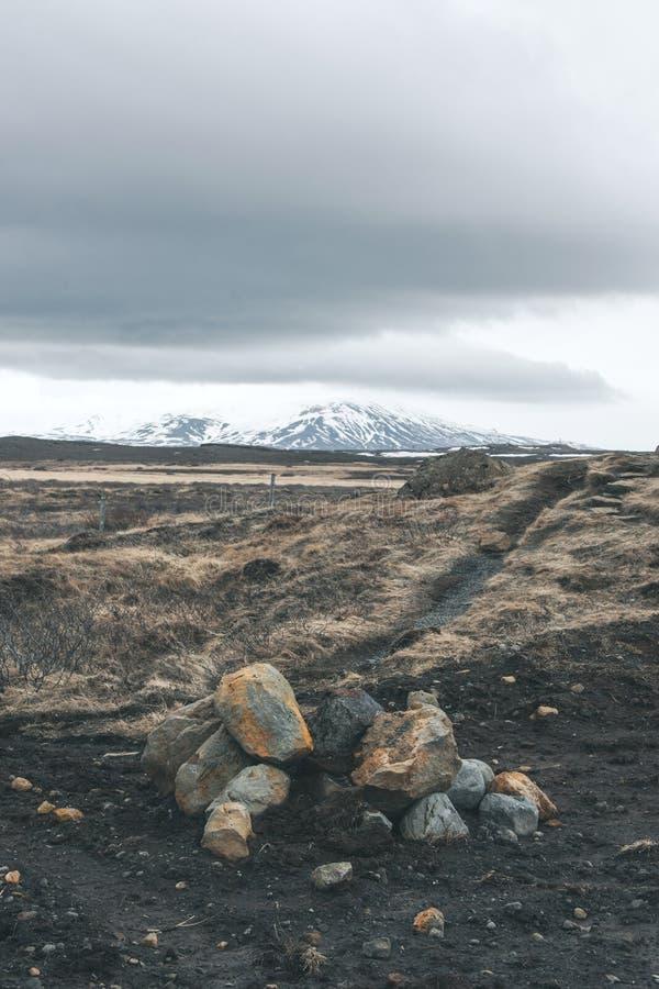 在一个岩石风景的多云天气 免版税图库摄影