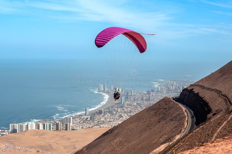 在一个巨大的沙丘后的伊基克,阿塔卡马沙漠,智利 免版税库存照片