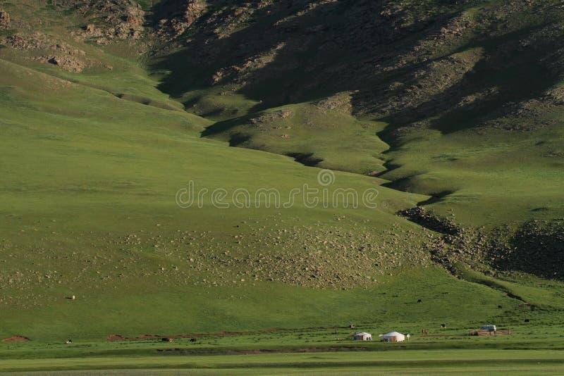 在一个巨大的谷风景的Yurts 免版税库存图片
