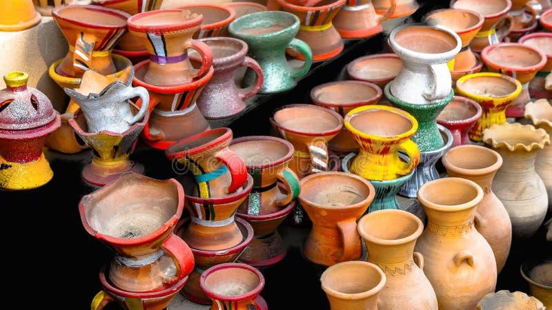 在一个市场的五颜六色的clayjugs在阿曼 库存照片