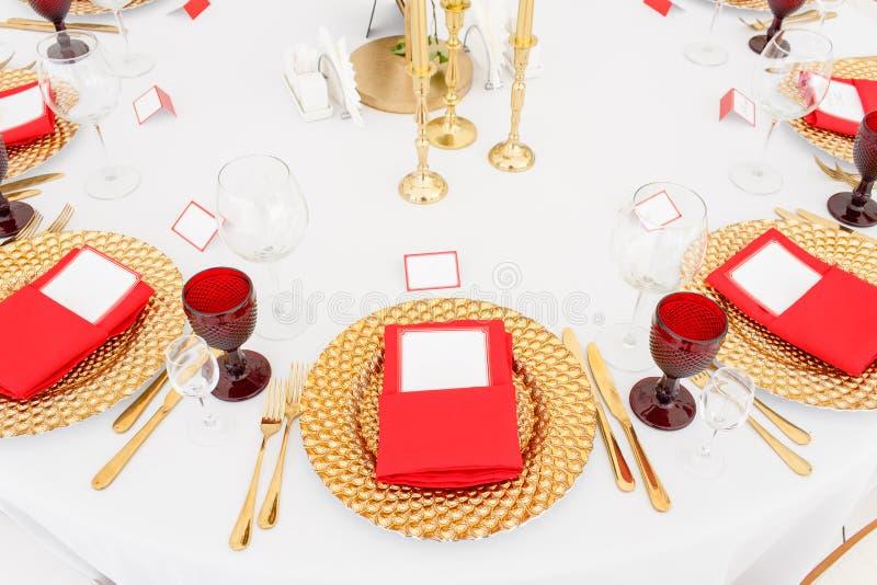 在一个帐篷下的美丽的宴会大厅结婚宴会的 婚礼帐篷装饰的内部准备好客人 库存图片