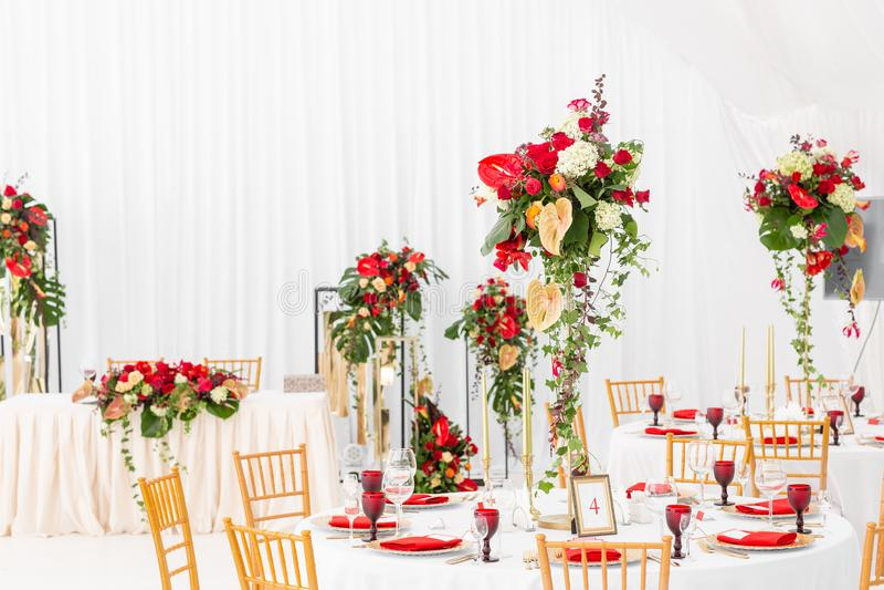 在一个帐篷下的美丽的宴会大厅结婚宴会的 婚礼帐篷装饰的内部准备好客人 库存照片