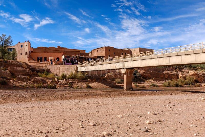在一个干燥河床的桥梁 免版税库存照片