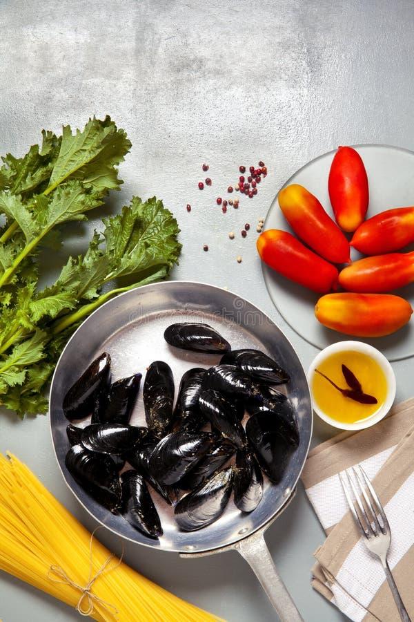 在一个平底锅的淡菜有成份的 免版税库存图片
