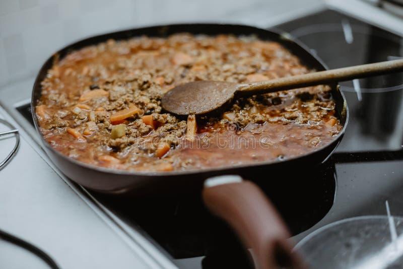 在一个平底锅身分的希腊盘在火炉 库存照片