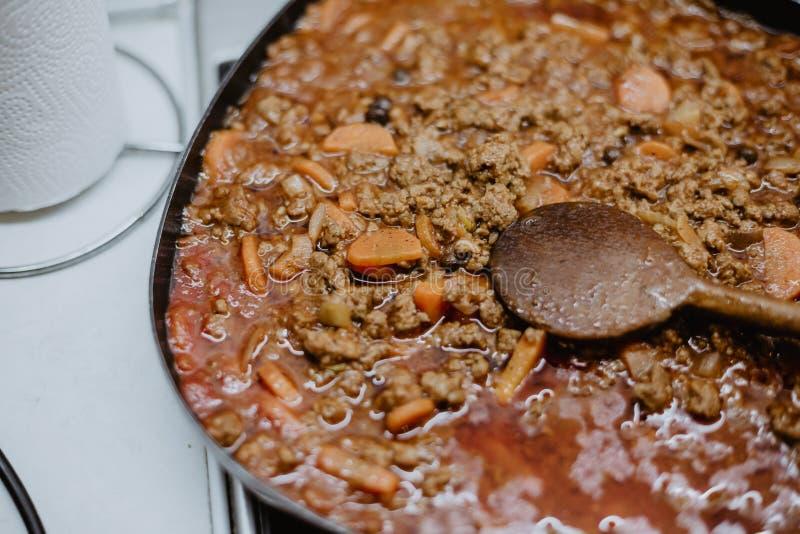 在一个平底锅身分的希腊盘在火炉 免版税库存图片