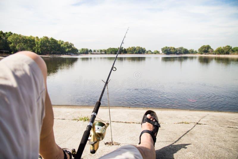 在一个平静的湖的消遣渔 库存图片