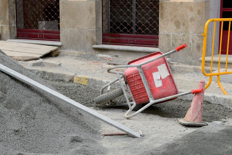 在一个建筑工地的手推车在街道上 免版税库存照片
