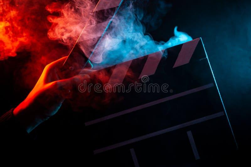 在一个开放拍板的特写镜头在手中在开始前射击f 免版税库存照片