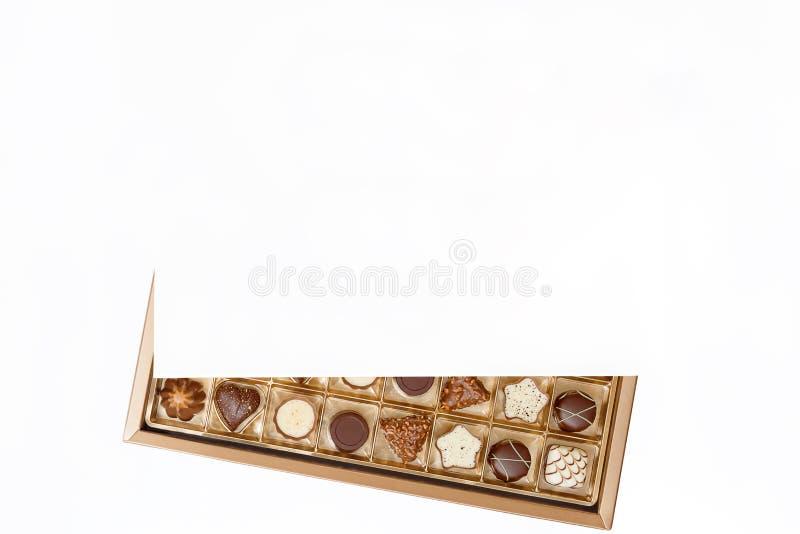 在一个开放箱子的昂贵的巧克力 免版税库存图片