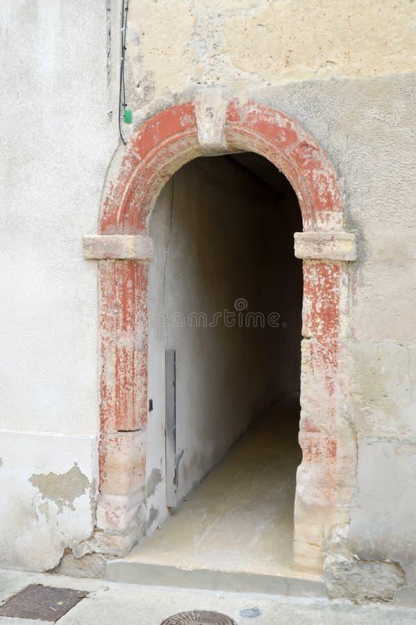 在一个房子下的小段落有porche的 免版税库存照片