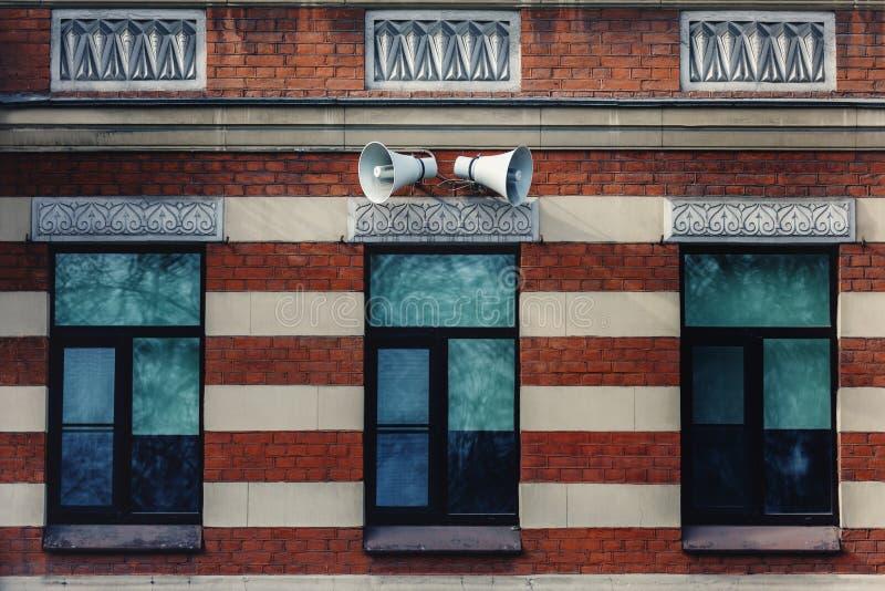在一个房子的墙壁上的警报器扩音器在城市 库存照片