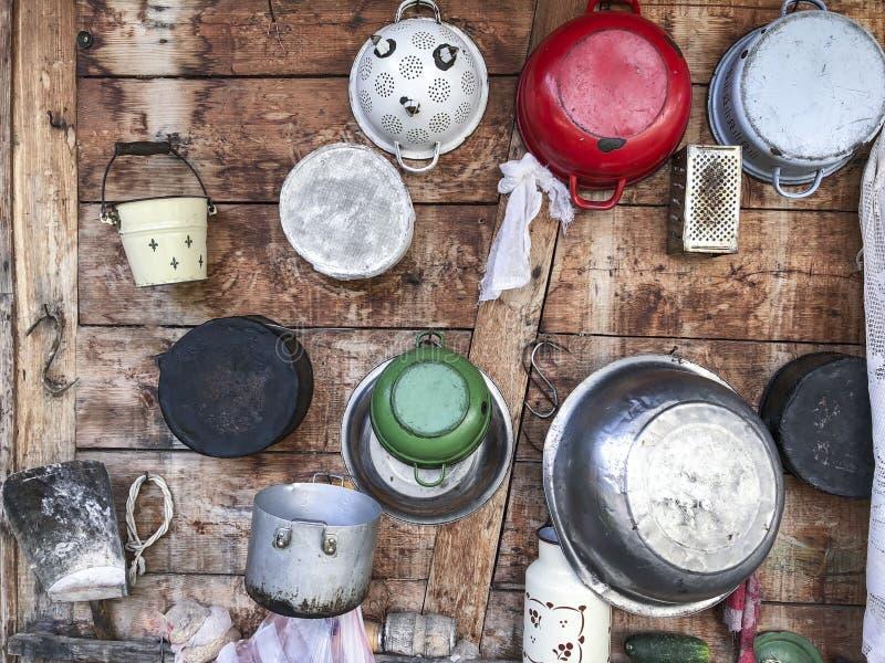 在一个房子的木墙壁上的垂悬的平底深锅在罗马尼亚 库存图片