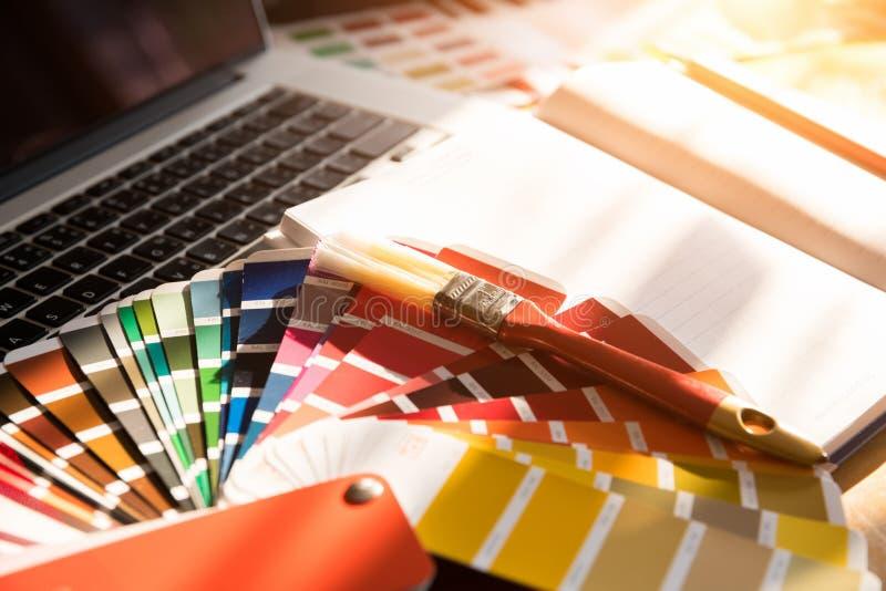 在一个房子项目的专业装饰员图画与工作工具 库存照片