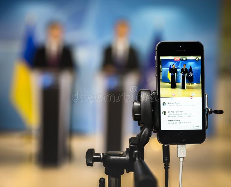 在一个手机的射击 免版税库存照片