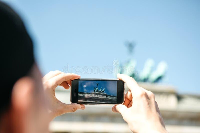 在一个手机的旅游照片勃兰登堡门在柏林在德国 库存图片