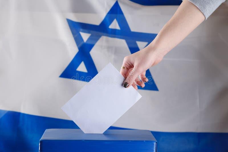 在一个投票站的以色列妇女表决在选举日 图库摄影