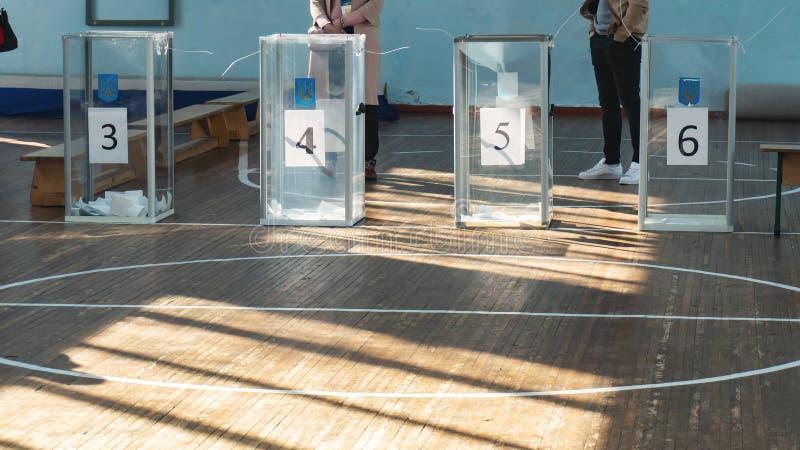 在一个投票站的透明投票箱在乌克兰 图库摄影