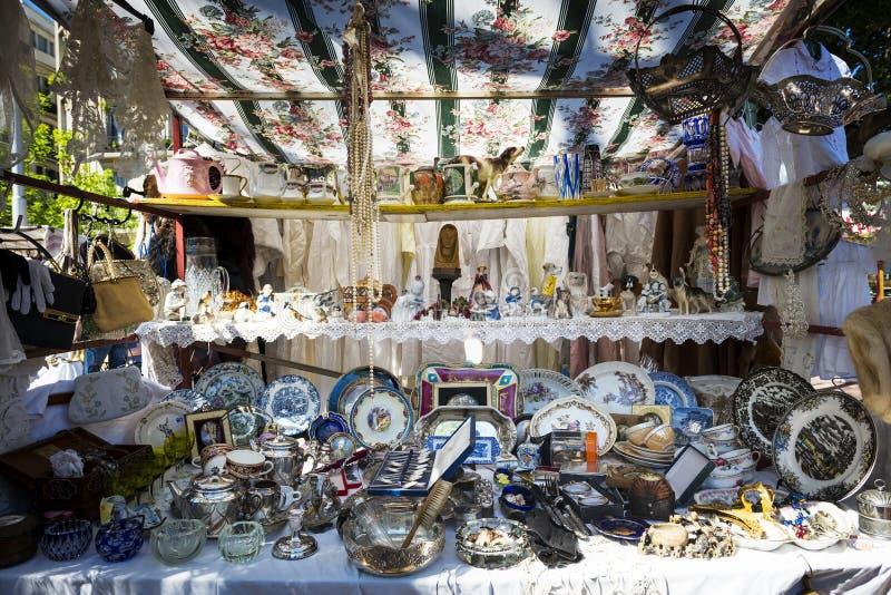 在一个摊位的老对象在圣特尔莫上市场在布宜诺斯艾利斯 库存照片