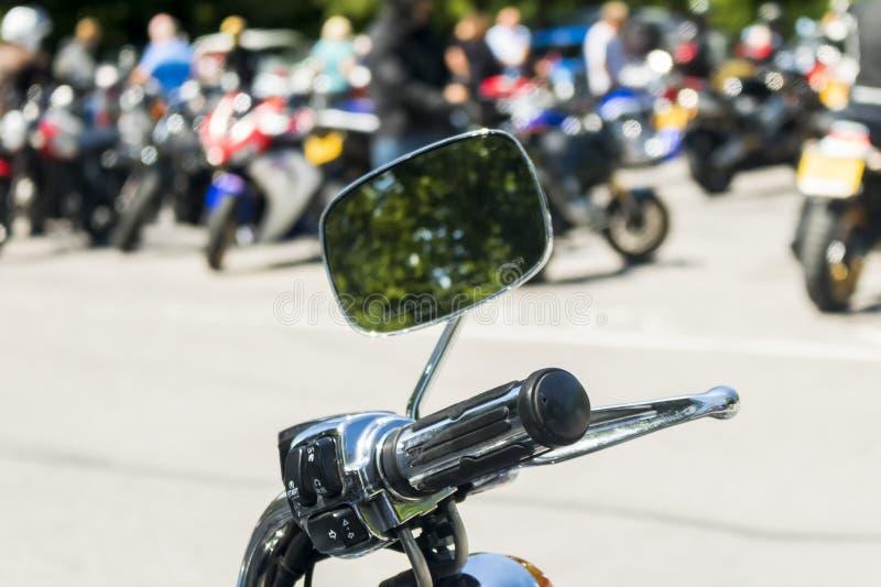 在一个摩托车把手的细节有镜子的 库存图片