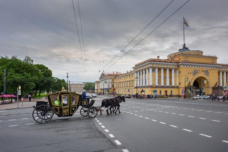 在一个支架的传统马骑术通过圣彼得堡,俄罗斯历史区  图库摄影