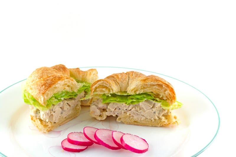 在一个敬酒的新月形面包的鸡丁沙拉三明治 免版税库存照片