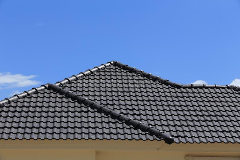 在一个新房的黑瓦屋顶 库存图片