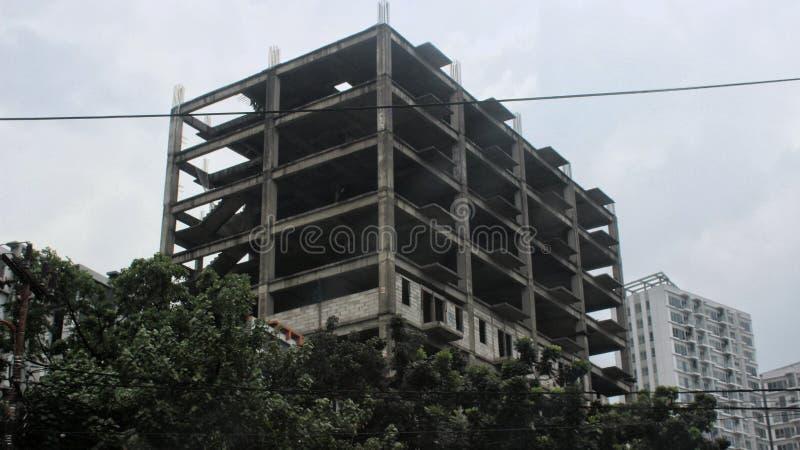 在一个新的公寓住宅区附近的一个被放弃的老大厦 免版税库存图片