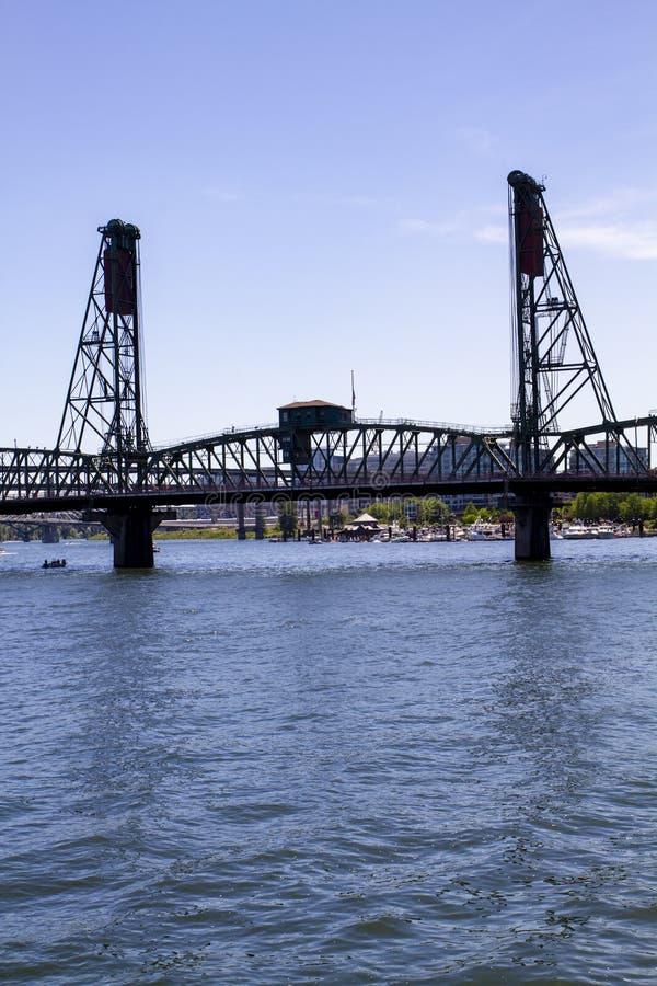 在一个晚晴朗的夏天下午的霍桑桥梁在威拉米特河在波特兰俄勒冈 库存图片