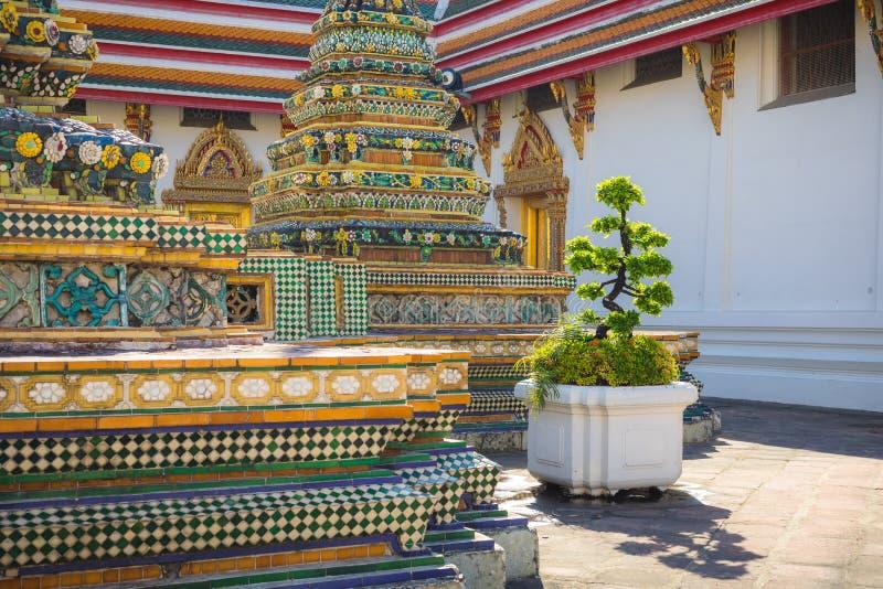 在一个晴天期间,大厦和许多华丽chedis在Wat Pho寺庙在曼谷 图库摄影