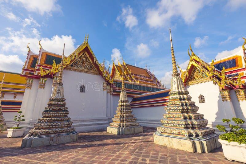 在一个晴天期间,大厦和许多华丽chedis在Wat Pho寺庙在曼谷 库存图片